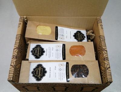 caja con bolsas kraft y especias