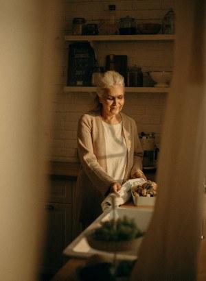 espiando a la abuela mientras cocina