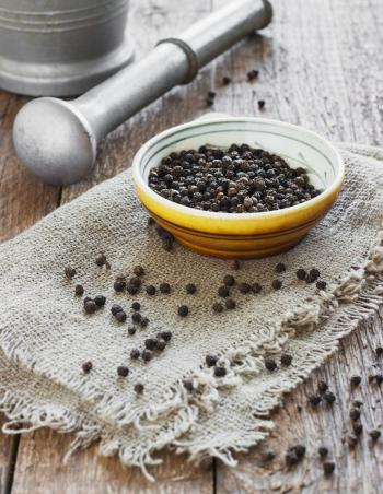 pimienta negra en grano, con mortero. A granel